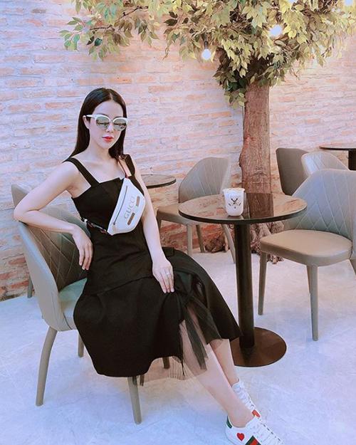 Diệp Lâm Anh diện váy đen rộng, đeo túi ngang bụng giữa tin đồn đang mang bầu.
