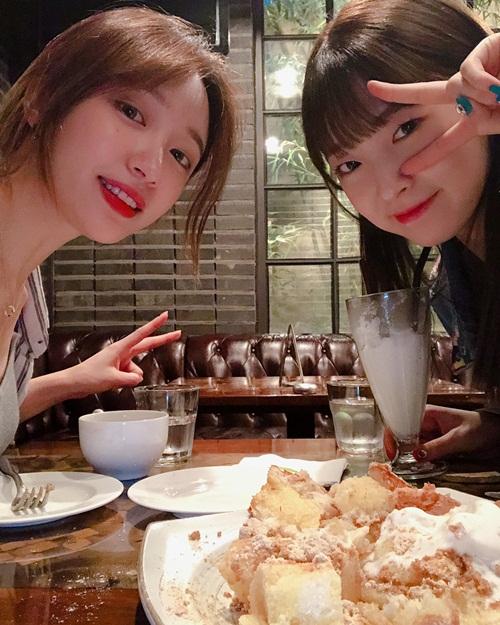 Hani cười rạng rỡ đi hẹn hò với Arin. Cô nàng từng tiết lộ mình là một fan của đàn em nhóm Oh My Girl.