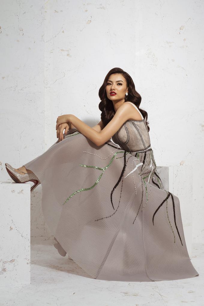 <p> Trong suốt buổi chụp hình các mẫu thiết kế mới của Hà Duy để làm poster quảng bá cho show diễn, Hồng Quế vẫn giữ được phong độ diễn xuất, tạo dáng trước ống kính sau thời gian dài.</p>