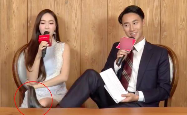 Hành động đạp chân vào bàn khi đang phỏng vấn Jessica khiến Rocker Nguyễn hứng búa rìu dư luận một thời gian dài.