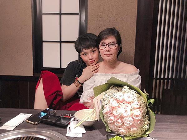 Ngồi bên cạnh mẹ trong nhà hàng, Miu Lê gây tranh cãi với dáng ngồi khó đỡ. Việc cô nàng không duỗi thẳng chân xuống dưới bàn mà gác cao chân bị chê là thiếu lịch sự.