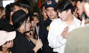 Noo Phước Thịnh gây tắc nghẽn giao thông khi bị fan vây kín
