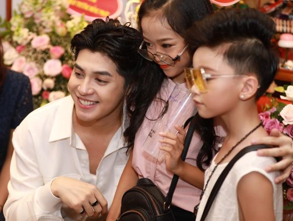 Cuối chương trình, anh nán lại giao lưu với khán giả cũng như ký tặng, pose hình với những fan may mắn.