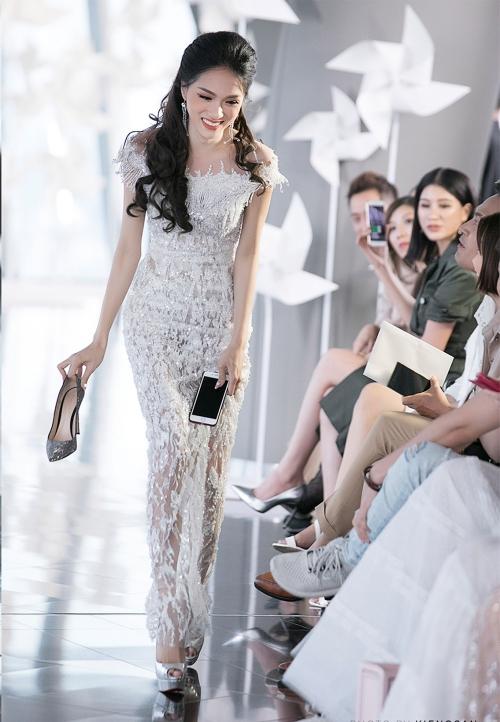 Hành động này được nhiều người chứng kiến tán thưởng. Nhiếp ảnh gia Kiếng Cận - người ghi lại khoảnh khắc này còn ví hành động của Hoa hậu giống với việc làm của Ngô Thanh Vân cách đây 5 năm cũng trong một show diễn thời trang.