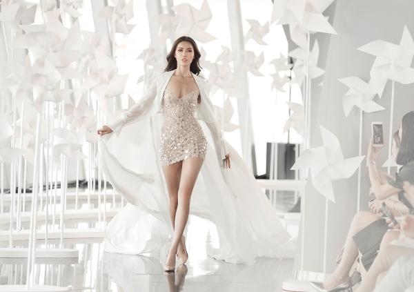 Màu trắng trong trang phục ứng dụng phong cách resort của Chung Thanh Phong cũng thu hút  giới mộ điệu bởi thiết kế năng động và khoẻ khoắn. Những kiểu quần palazzo ống rộng, đầm cổ vest túi hộp, shorts kết hợp khoác ren...được phát huy.