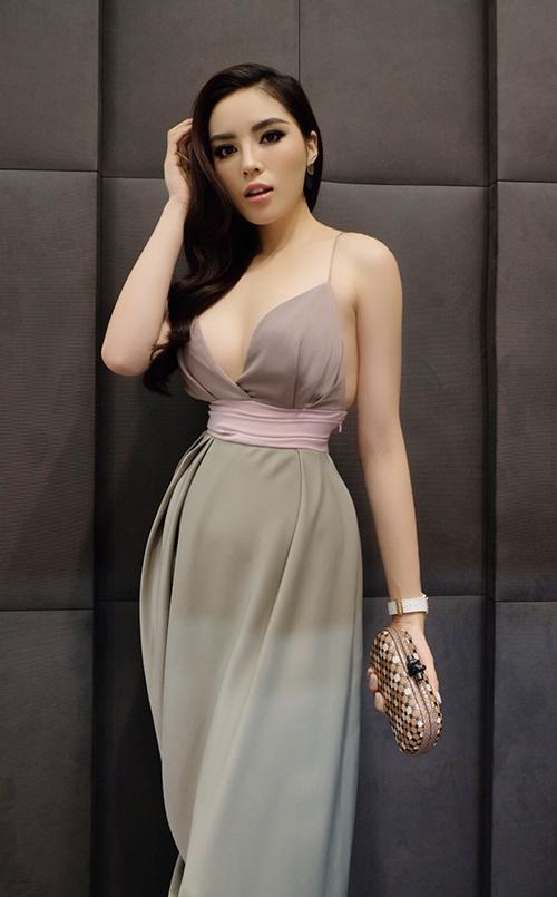 Cô nàng hu hút nhiều sự chú ý khi diện trang phục thanh lịch nhưng không kém phần sexy.