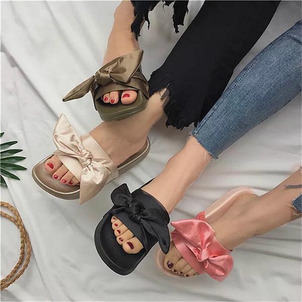 Hiện nay trên khắp các cửa hàng quần áo từ bình dân đến hàng hiệu bình dân, đôi dép nơ bèo với họa tiết gingham và màu pastel như xanh, hồng, nude đang gây sốt cho các cô nàng yêu thời trang. Vì vậy, bạn có thể lựa chọn thỏa thích màu sắc của loại dép siêu bánh bèo này.