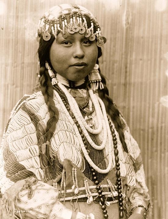 Cô gái đến từ bộ lạc Wishram ở Bắc Mỹ nổi tiếng với vòng trang trí đầu cầu kỳ bằng đồng xu và vỏ sò.