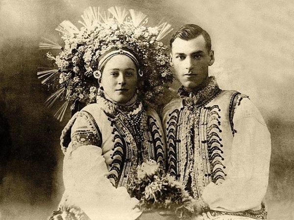Đây là ảnh cưới của một cặp vợ chồng người Ukraine. Vòng hoa đội đầu là biểu tượng của sự ngây thơ của một cô gái.
