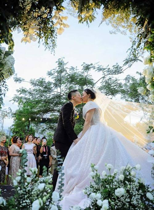 Hot boy chuyển giới Tú Lơ Khơ làm đám cưới ngọt ngào
