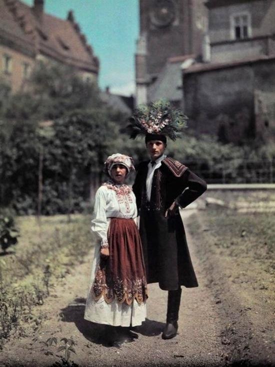 Trang phục xưa của đàn ông Ba Lan là mặc váy và đội mũ lông chim.