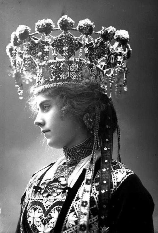 Cô dâu Na Uy với mũ đội đầu cầu kỳ như trong chuyện cổ tích.