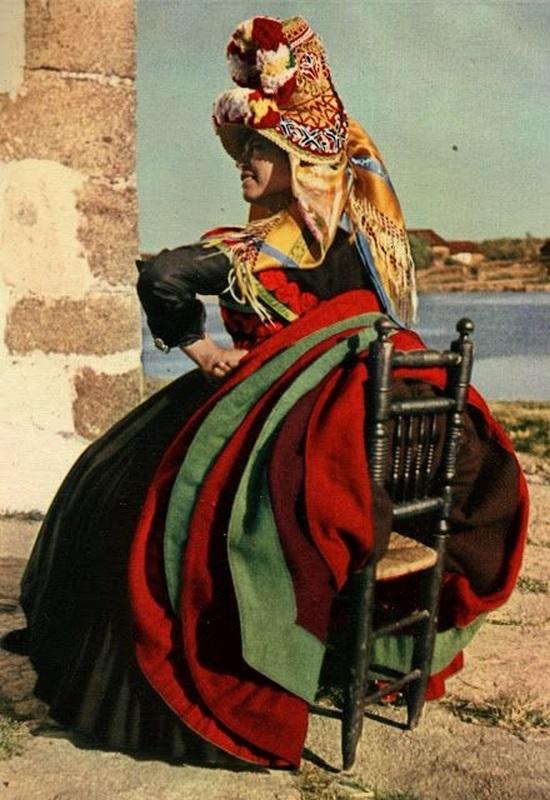 Cô gái người Tây Ban Nha trong trang phục vùng Montehermoso.