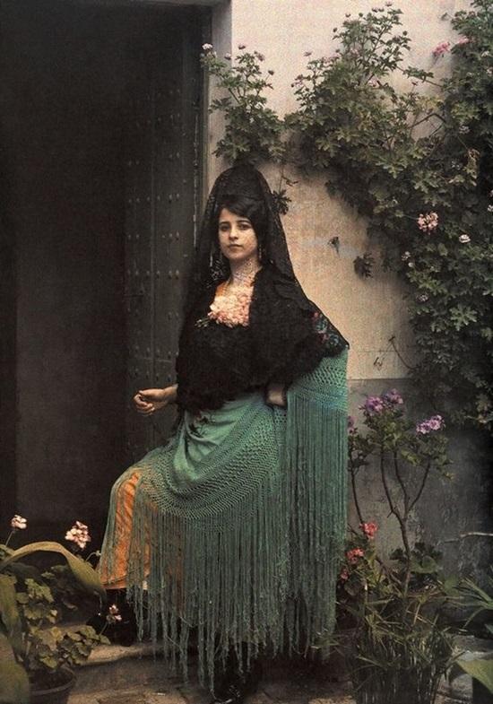 Mantilla là một tấm khăn choàng to che từ đỉnh đầu đến thân của phụ nữ ở Tây Ban Nha. Ngày nay đôi khi bạn có thể được nhìn thấy trang phục này trong các lễ hội lớn.