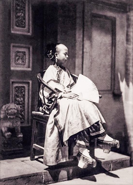 Cô gái người Mãn Châu với dáng ngồi uy quyền ở Bắc Kinh, Trung Quốc.