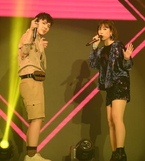 Sau đó, Min -  Erik mang đến bản hit Ghen đưa khán giả trở lại với bầu không khí cuồng nhiệt. Họ còn nhiệt tình tham gia thử thách nhảy trên đoạn nhạc với nhiều phong cách khác nhau.