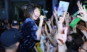 Min cởi phăng giày 'quẩy bung nóc' với hàng nghìn fan