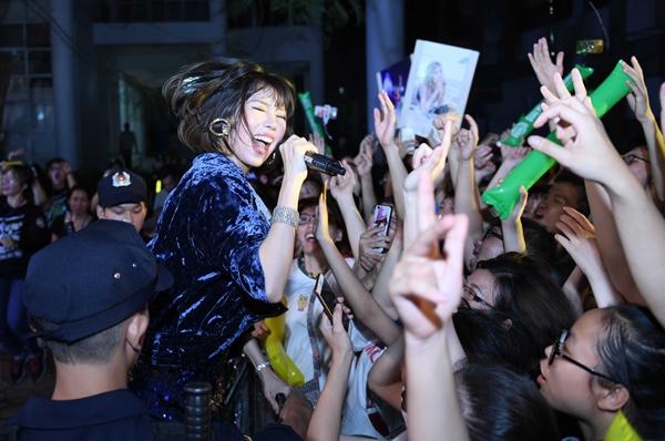 Trước sức nóng ngày một tăng, Min bất chấp đi chân trần nhảy cuồng nhiệt. Nữ ca sĩ mang đến bản hit mới toanh Em mới là người yêu anh và xuống tận nơi để quẩy cùng fan.