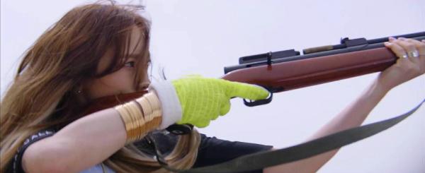 Tae Yeon gât bất ngờ với hình ảnh cầm súng.
