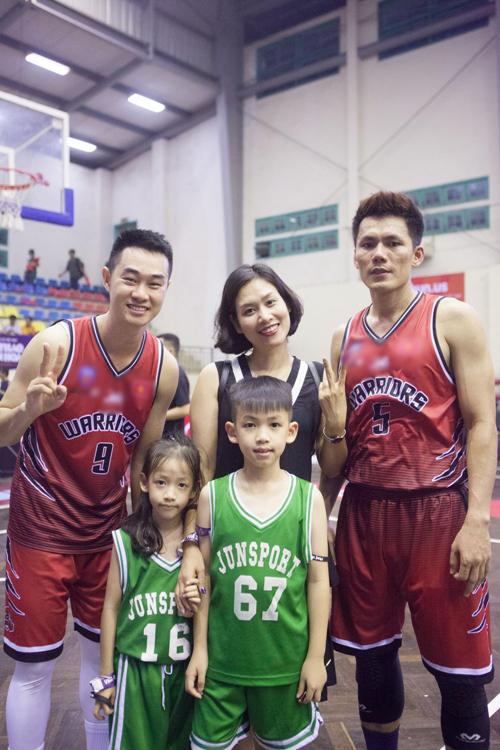Hà Hương chia sẻ rằng hai bé tuy còn rất nhỏ nhưng rất thích thể thao, đặc biệt là bộ môn bóng rổ. Cô đã tranh thủ thời gian rảnh cuối tuần để đưa các con đi xem.