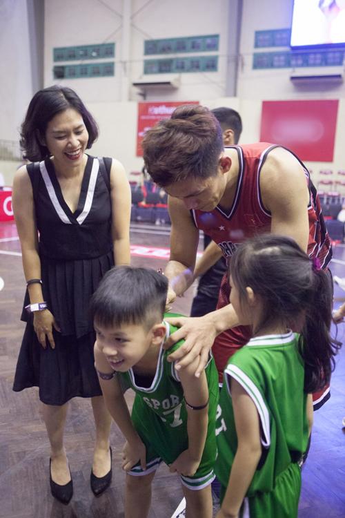 Cả ba mẹ con đều là fans cuồng của bóng rổ nên đã tham gia cổ vũ hết mình.