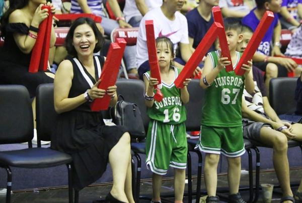 Đây là lần hiếm hoi nữ diễn viên Hà Hương xuất hiện cùng hai con tham gia một sự kiện thể thao.