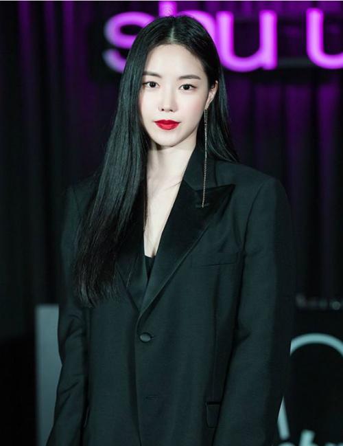 Trong sự kiện mới, Na Eun gây bất ngờ với gương mặt khác lạ, cứng đơ và  bị nghi phẫu thuật thẩm mỹ. Thành viên Apink từng nhiều lần vướng tin  đồn đụng dao kéo vì những thay đổi trên gương mặt so với thời mới debut.  Nhiều ý kiến tỏ ra tiếc nuối vì Na Eun đã mất đi nét tự nhiên vốn có.