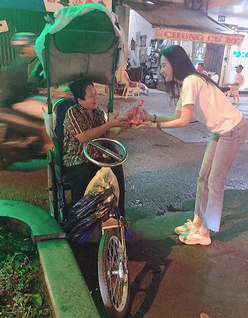 Angela Phương Trinh được lòng người hâm mộ vì đều đặn hàng tháng đi tặng quà, đồ ăn cho những người có hoàn cảnh khó khăn.
