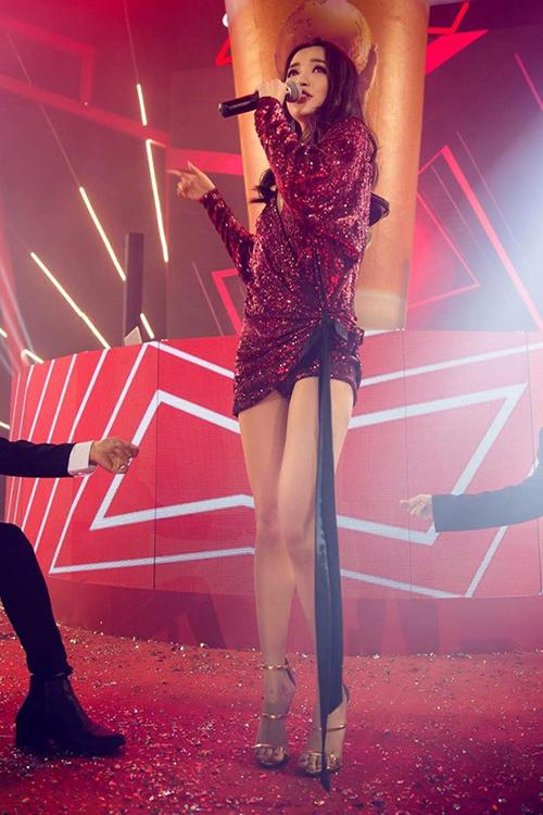 Từ một cô nàng có phong cách thời trang khá an toàn và kín đáo, Bích Phương bất ngờ thay đổivới loạt đồ diễn rất sexy gần đây. Trang phục của cô nàng trên sân khấu dần chuyển qua gu lấp lánh sang chảnh, thiết kế siêu ngắn để khoe đôi chân thon dài, nuột nà.