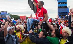 Khoảnh khắc rung động trái tim: CĐV khuyết tật được nâng lên cao để xem đội tuyển thi đấu