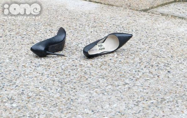 Đôi giày của Lê Thúy bị để chỏng chơ trên sàn catwalk, sau đó đã được một khán giả ra nhặt hộ để lấy lối đi cho các người mẫu khác.