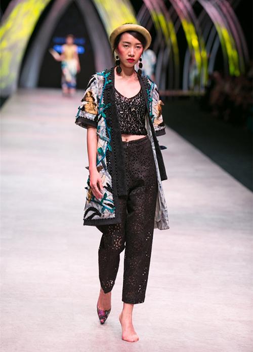 Cũng trong Tuần lễ thời trang quốc tế Việt Nam, người mẫu Phan Linh phải catwalk với một bên chân trần. Việc tuột giày là điều khó tránh khỏi với các chân dài vì họ thường xuyên phải đi những đôi cao gót được sản xuất hàng loạt, khó vừa khít với chân.