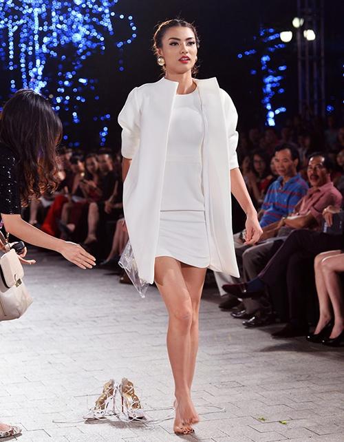 Khi trình diễn cho Đẹp Fashion Runway 3, Hồng Quế bị ngã dúi dụi trên sàn runway cũng vì bị giày cao gót hại. Người đẹp đành cởi luôn cả hai chiếc giày và bước đi chân trần.