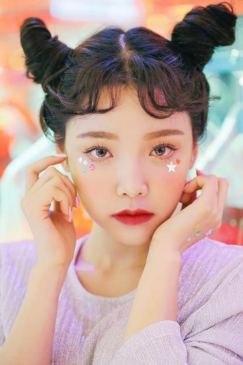 Trang điểm Kira Kira (lấp lánh) vốn không phải là cách làm đẹp quá mới mẻ của con gái châu Á. Xu hướng này bắt đầu manh nha từ năm ngoái và được các hot girl Hàn, Nhật đón nhận rất nhiệt tình.