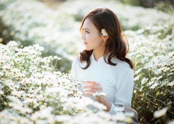 Hà Vũ sinh năm 1995, hiện là diễn viên người mẫu tự do. Cô bạn sở hữu gương mặt với những nét nhỏ, xinh gây ấn tượng lập tức với người đối diện.