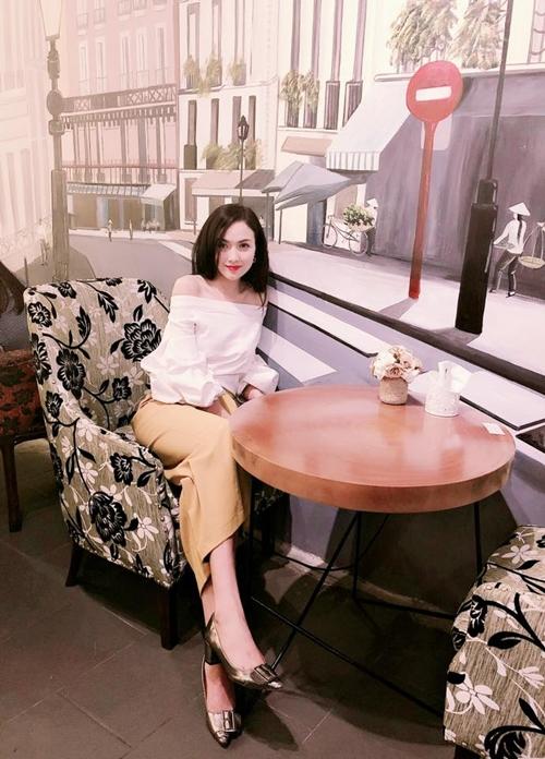 Trước đó, Hà Vũ sớm bén duyên với các cuộc thi sắc đẹp và giành nhiều danh hiệu ấn tượng như lọt Top 13 Hoa khôi nhan sắc Việt Nam 2015, Top 13 Duyên dáng xứ Thanh 2015 và Top 50 Nữ sinh Việt Nam duyên dáng 2015.
