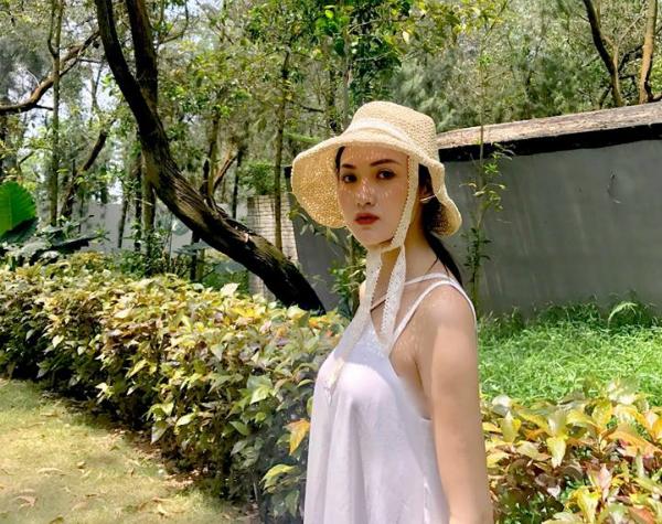 Cô bạn từng tốt nghiệp khoa Chính trị học tại Học viện Thanh Thiếu Niên Việt Nam. Đây cũng là ngôi trường giúp Hà và nghệ thuật bén duyên.