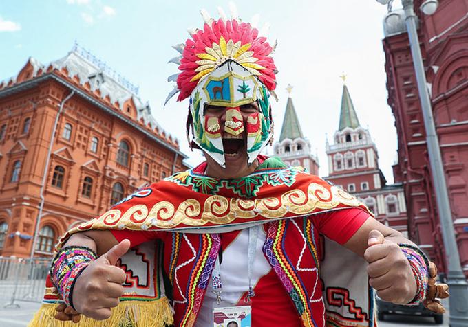 <p> Dù ở rất xa nước Nga, CĐV Peru vẫn lặn lội đến xứ sở bạch dương cùng những chiếc áo đỏ trắng đặc trưng cho quốc kỳ nước mình. Người đàn ông người Peru này đã chuẩn bị bộ trang phục chim ưng cực kỳ sặc sỡ và cầu kì.</p>