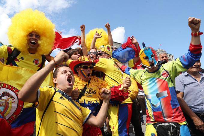 <p> Những anh chàng Colombia đầu xù vàng hoa ton sur ton với màu áo. CĐV Colombia năm nay hoàn toàn phấn khởi bởi đội hình của họ có những cái tên sáng giá như James Rodriguez và Radamel Falcao. Cách đây 4 năm, Colombia thiếu chút may mắn khi dừng chân trước đại diện chủ nhà Brazil tại vòng tứ kết. 19h tối nay (giờ Hà Nội), Colombia sẽ ra quân trận đầu gặp Nhật Bản ở bảng H World Cup 2018, trên sân Mordovia Arena.</p>