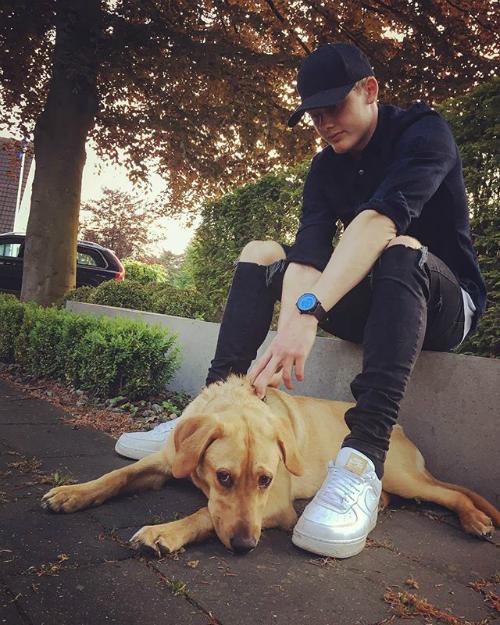 Đặc biệt anh chàng còn là một người rất yêu thương động vật, thường xuyên chia sẻ ảnh chụp cùng những chú cún cưng. Điều này càng giúp Julian Brandt ghi điểm trong mắt các fan nữ.