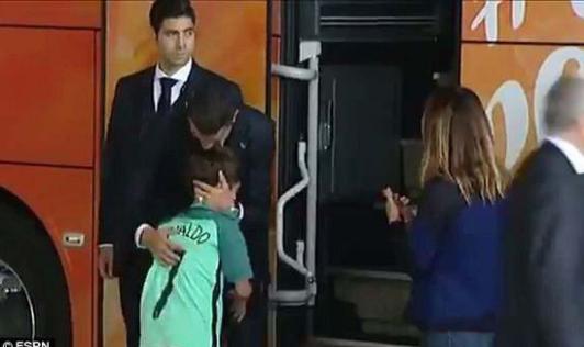 Hình ảnh gây xúc động của Ronaldo.