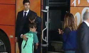 Ronaldo nhảy khỏi xe buýt ôm hôn fan nhí đang khóc đợi mình