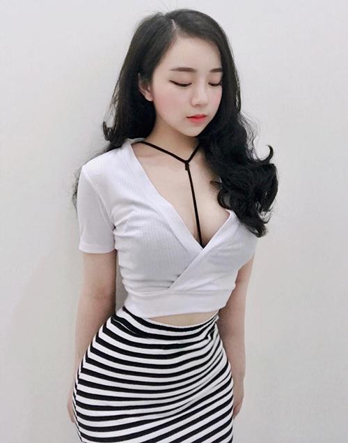 Cô gái 18 tuổi với vẻ đẹp đậm chất Hàn này theo đuổi phong cách gợi cảm. Thủy Tiên rất ưa chuộng những thiết kế bó sát, tôn lên vòng một và đường cong.