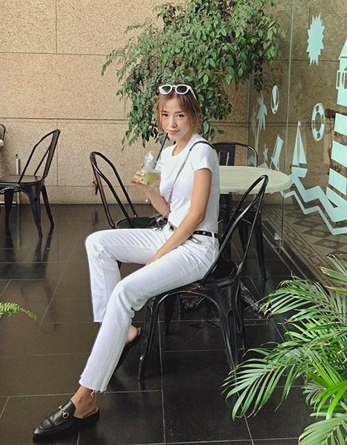 Diện đồ cả cây trắng là công thức đúng mốt mà Sa Lim ứng dụng để tạo cảm giác thân hình mảnh mai hơn.