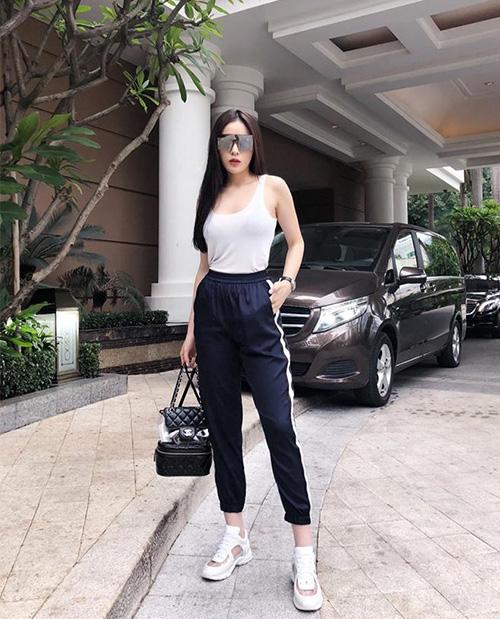 Kỳ Duyên chỉ cần diện tank top với quần jogger là trông đã đủ sành điệu. Người đẹp kết hợp cùng cả cây ba lô, sneakers đều của Chanel.