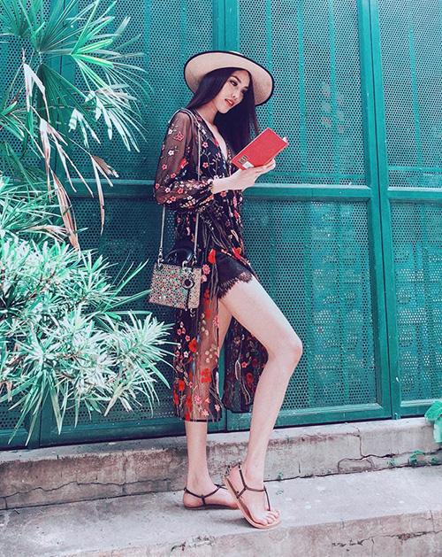Váy xuyên thấu xẻ tà cao giúp Lan Khuê trông vừa mát mẻ, lại khoe được chân dài miên man.
