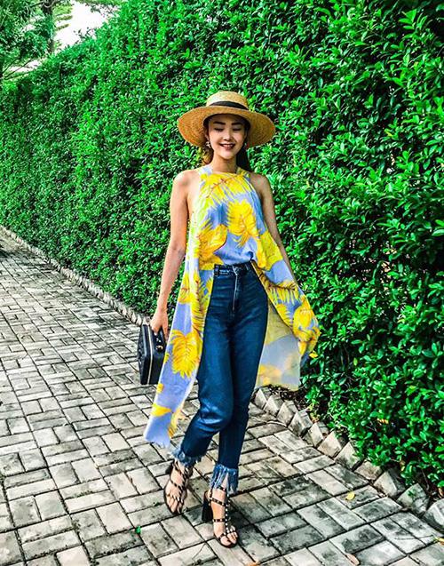 Minh Hằng nổi bật trên phố khi diện chiếc áo high-low lạ mắt, họa tiết xanh vàng không phải nắng vẫn chói chang.