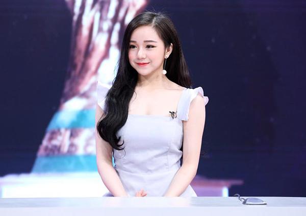 Thủy Tiên sinh năm 2000, đến từ Hưng Yên. Là cô gái nhỏ tuổi nhất dàn hot girl năm nay nhưng Thủy Tiên có vẻ ngoài rất chín chắn, đằm thắm.