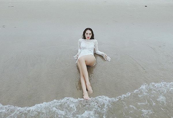 Emily khoe vóc dáng nóng bỏng trên biển.