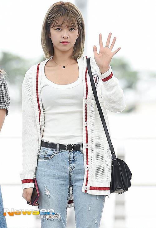 Twice bị chê mặt mộc, Victoria mặc kiểu áo gây hoang mang - 5